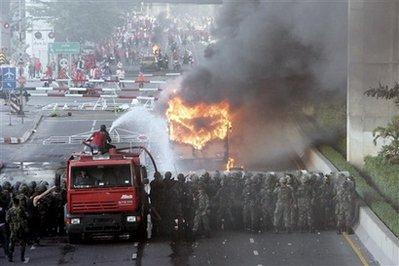 媒体称泰国曼谷发生骚乱示威者与居民激烈冲突