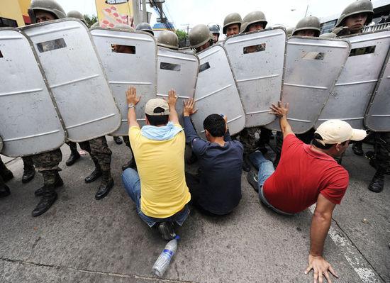 洪都拉斯民众在机场与警方冲突2人死亡