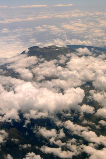 组图:非洲第一高峰山顶积雪融化