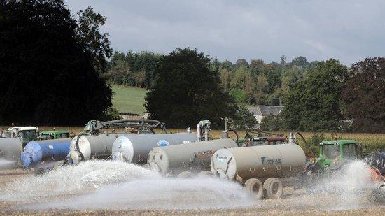 组图:法国牛奶生产者倒奶抗议价格过低