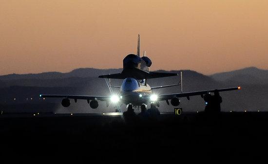 组图:美国改装747客机搭载航天飞机回基地