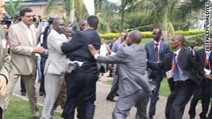 卡扎菲卫队与乌干达平安职员爆发抵牾(组图)