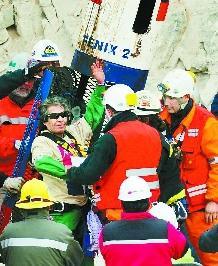 智利获救矿工在井下时节食玩纸牌(图)