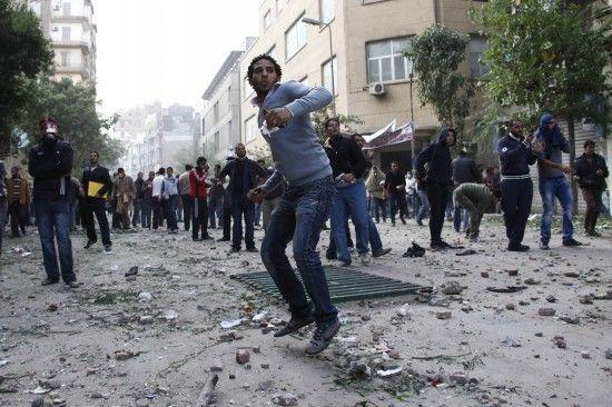 11月20日,示威者在开罗向军警投掷石块。新华社发 (纳赛尔-努里 摄)