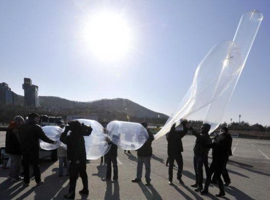 韩国和平人士齐心协力为气球充氢气