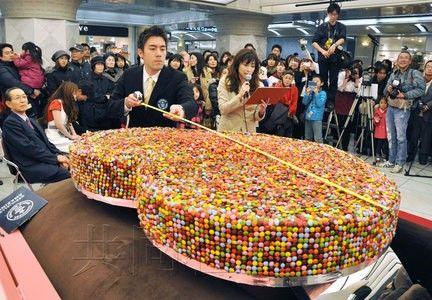 大阪MINAMI的地下街于11日制作完成的重约267公斤戒指形情人节巧克力获吉尼斯世界纪录。