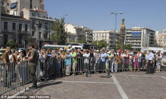 数千希腊人排长队等待领取克里特岛农民捐赠的食物