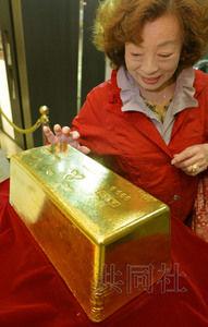 4月19日,新宿高岛屋展出一块重约120公斤、市值相当于6亿日元(约合人民币3760万元)的巨型金块。