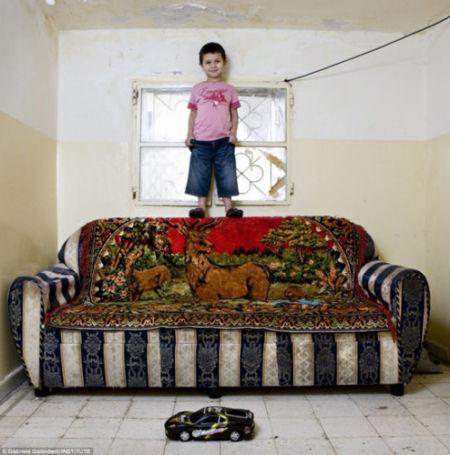 黎巴嫩贝鲁特4岁男孩塔哈唯一的玩具是一辆玩具车。他与家人一起作为难民住在当地的棚户房屋内。