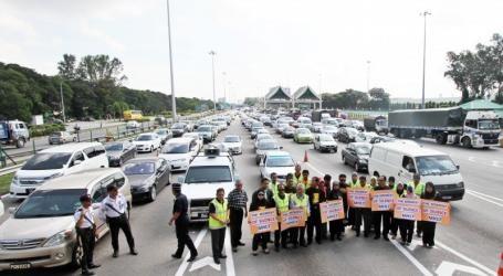 槟城大桥为MH17罹难者默哀1分钟,车龙长达3公里。