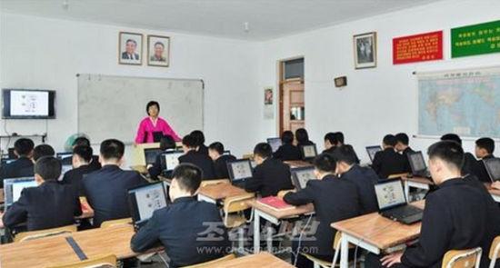 朝鲜精英学校学生上课配笔记本电脑(图)