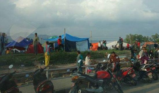 Lama在宾馆外面拍到一些人在路边搭建临时帐篷。这里很多人连睡觉和坐下的地方都没有,但是宾馆的草地还有很多的空间。(图片来源:《每日邮报》)