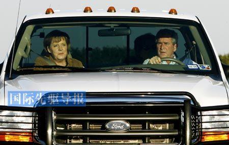 私人会晤中,政要们谈论的话题往往也涉及个人事务。图为2007年11月,在美国得克萨斯州的克劳福德农场,美国总统布什(右)驾车迎接到访的德国总理默克尔。新华社/路透