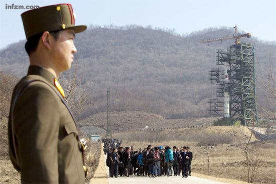 受朝鲜官方邀请赴西海卫星发射场参观采访的外国记者。他们离卫星发射塔最近的距离只有200米,但这些记者却没有幸运看到朝鲜卫星升空那一刻。 (David Guttenfelder/东方IC/图)