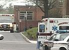 停在学校中运送伤员的应急车辆