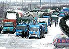 千余车辆因暴风雪被困高速路