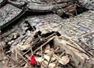 村民在倒塌的古厝里寻找物品