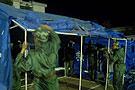 武警官兵搭建救灾帐篷