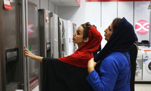 新落成的伊朗伊斯法罕市中心商场电器店里的顾客