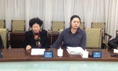 马超群母亲张桂英在秦皇岛举行新闻发布会,证实了警方搜查家中钱财的消息