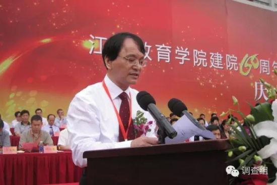 2012年,王生在江苏教育学院60周年院庆庆典上发言。图片来自江苏启东中学官网。