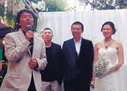 王朔女儿王咪出嫁,冯小刚担任证婚人,并与赵宝刚、陈丹青、刘震云等代表娘家人上台讲话。
