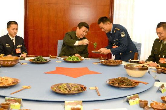 军政治工作会议午餐期间,习近平亲自为夹菜的空军军官是来自湖北十堰的余海龙。