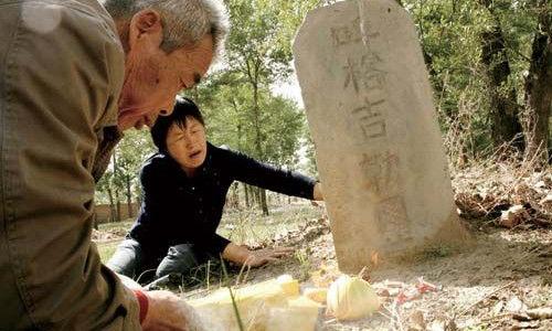 呼格吉勒图的父母为儿子上坟