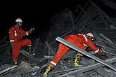 救援人员全力搜救被困者