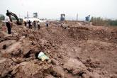 晶鑫矿业院内被炸出巨大深坑