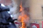 一家商店被纵火后燃烧