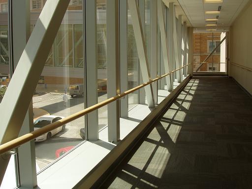 通过2楼的玻璃走廊桥,可以走到儿童医院旁边的美国著名的圣路易斯的华盛顿大学医学院和研究所。(Washington University in St. Louis,2007年大学排名全美第12,医学院排名全美第4)。