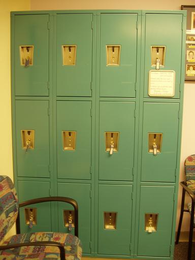 我的包可以放在志愿人员办公室的私人物柜(locker)里
