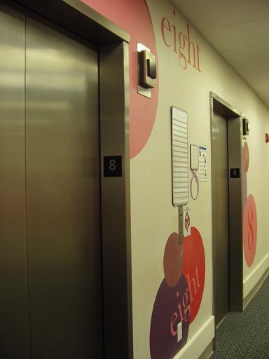 准备去用午餐,下楼还是乘电梯吧,可以快一点。