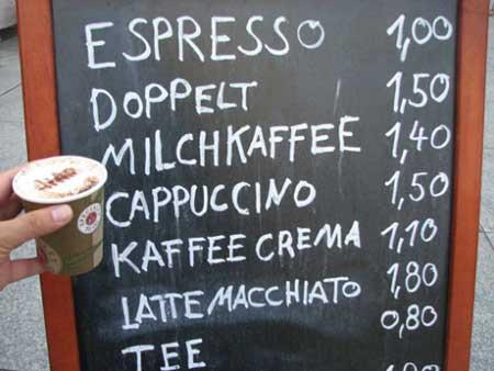 柏林塔下露天咖啡的价格-我的这杯卡布其诺为1.5欧元。我问那位卖咖啡的小老板,为什么这里的咖啡卖得这么便宜,甚至比中国都要便宜,小老板不解地说了句:不就是杯咖啡吗?