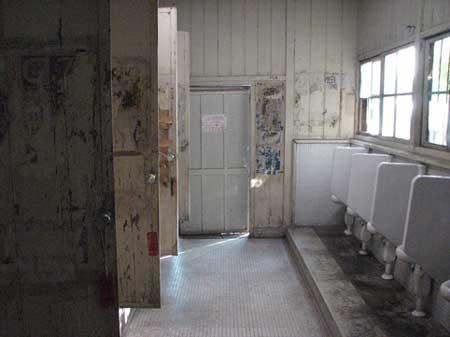 """留学生楼里的男厕所...破,值得""""肯定""""的是没有怪味."""
