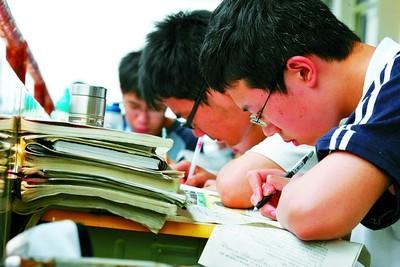 高考在即,昨日,麓山国际实验学校高三学生正在埋头复习。石祯专摄