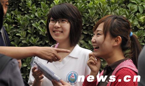 6月7日,在北京市京源中学考点参加全国高考的考生与家长交流。当天,全国高考开始。新华网 前卫 摄