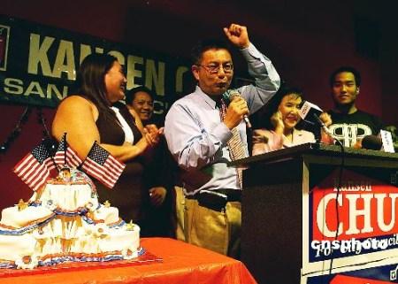 朱感生和家人在竞选总部庆贺胜利