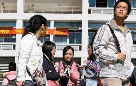2010年国家公务员招录人数将增加约2000人(资料图片 宁彪 摄)