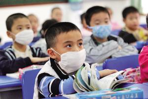 重庆停课中小学生返校上课 全班戴口罩