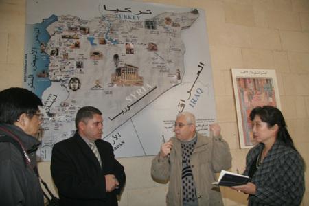 阿卜杜勒.哈姆(左二)在会议现场