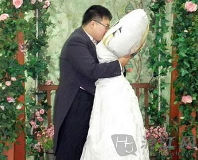 如此结婚:韩国御宅男娶枕头为妻(图)
