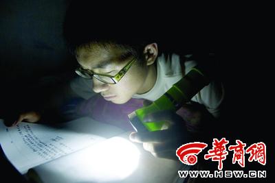 6月1日晚9时30分,会宁一中,宿舍熄灯后,高三14班的张文兵在手电光下阅读笔记。在一中住校的很多学生会在白天将充电式手电筒送到学校对面一家小卖部,小卖部给这些学生提供有偿的充电服务。晚上宿舍熄灯之后,学生便会用这些充好电的手电筒学习