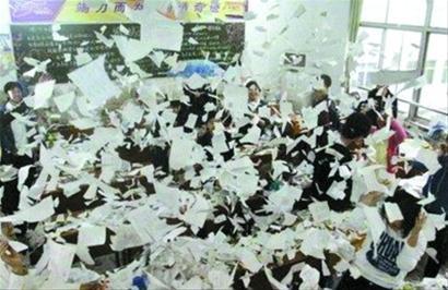 学生在教室里抛撒撕碎的纸张 网友供图