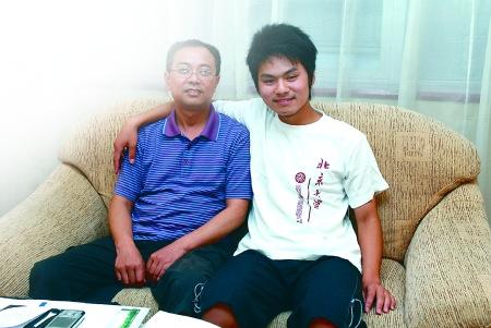 文科总分第一名唐国桥(右)与班主任黄老师在一起。 记者 吴珊 摄