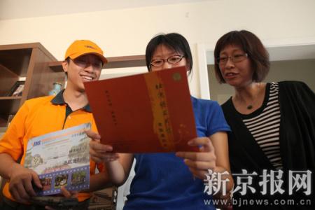 7月7日早晨8时,EMS快递公司发出2010年高考第一份录取通知书。汇文中学的姚伊然拿到了第一份高考通知书,她的高考成绩570分,被北京语言大学朝鲜语韩语方向录取。本报记者 韩萌 摄