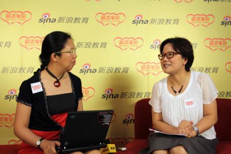 主持人殷智贤(左)与刘学颂女士在进行访谈