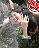 韩国小学生泥地里军训
