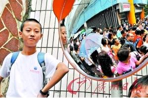 这个参加民校联考的孩子充满了自信。(本报资料照片,记者黎旭阳摄)
